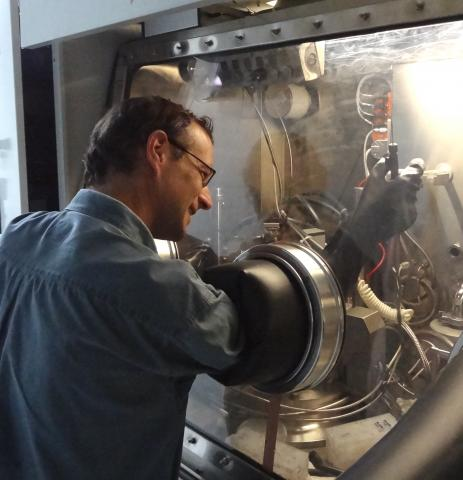 Markus working at the crystal growth reactor, using a glovebox.
